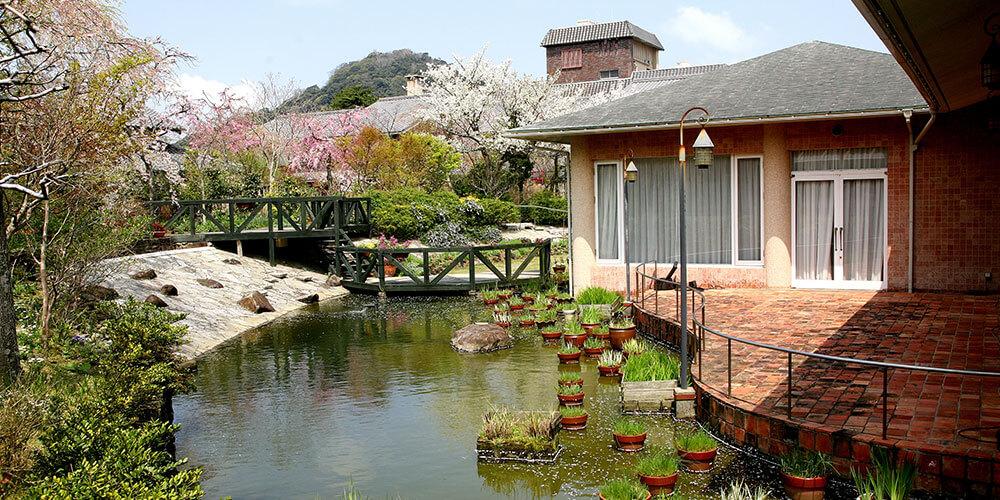 門を潜ると、そこは季節の花に囲まれた別世界