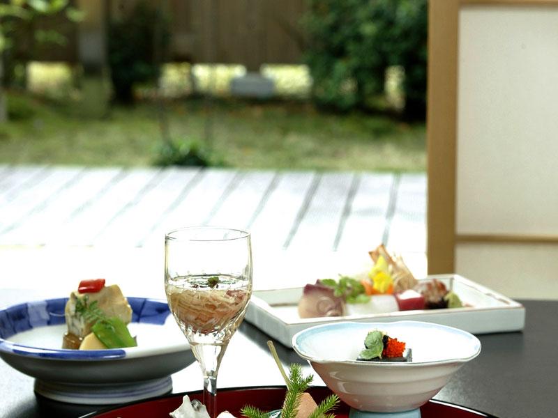 【お部屋食】御夕食はお部屋でゆっくり。椅子席のお部屋もございます。の画像